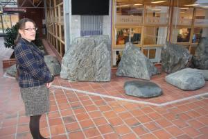 RASERING AV KUNSTVERK: - Dette var tidligere en liten oase med rennende vann. I dag minner Geir Stormoens steininstallasjon mest om en kjedelig geologisk utstilling, sier Margrethe Stang.