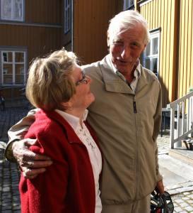 GAMMELORDFØREREN PÅ BESØK: Per Berge (AP) satt som ordfører i Trondheim i perioden 1985 – 1989. Han gir gjerne bystyrerepresentant Lillian Dalager Bromseth en klem, men han kan ikke love at han vil stemme Pensjonistpartiet.