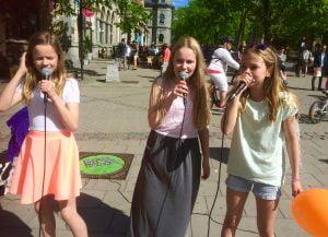 KARI PALARI ARTISTGRUPPE: Lørdag opptrådte Ingrid (t.v.), Hannah og Maja øverst på Nordre til stor glede for forbipasserende.