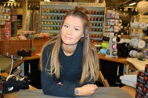 LINEA'S INTERIØRVERDEN: Ingrid Johansen (23) forteller at man i butikken på Tiller Torget finner et stort utvalg av møbler.