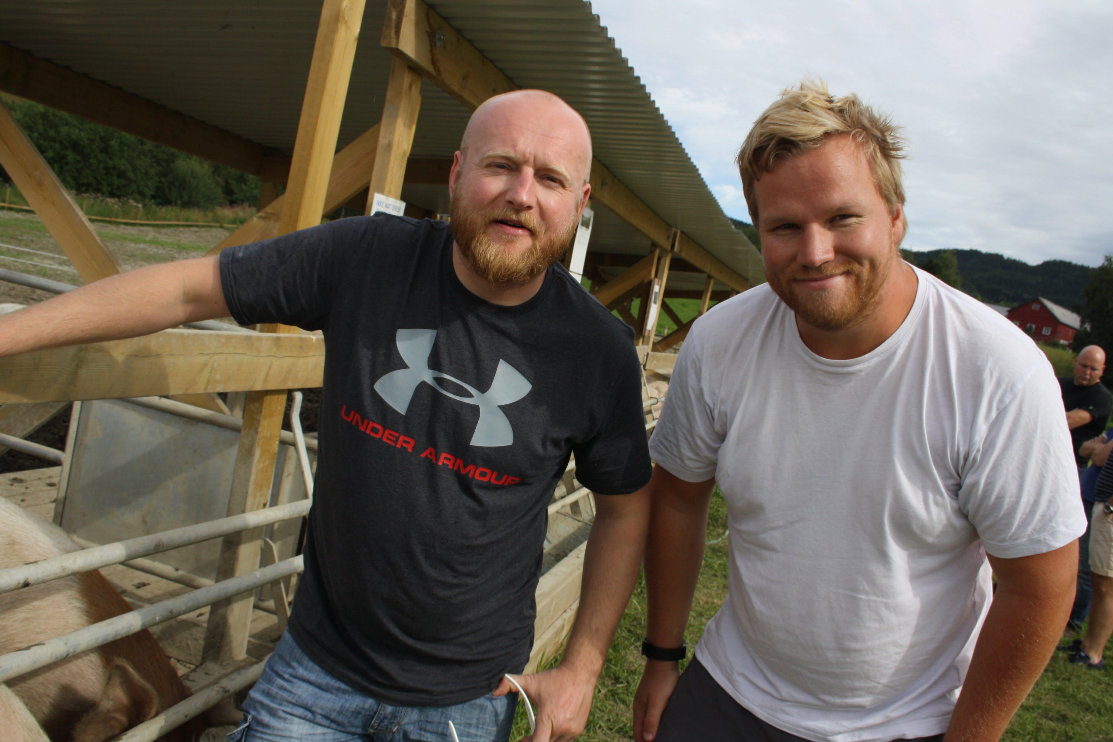 """""""BACON-BJARNE"""": Anders Brun (t.v.) og kameraten Ulf Nystuen har adoptert hver sin halvpart av grisen. Navnet ble etter litt diskusjon """"Bacon-Bjarne"""""""