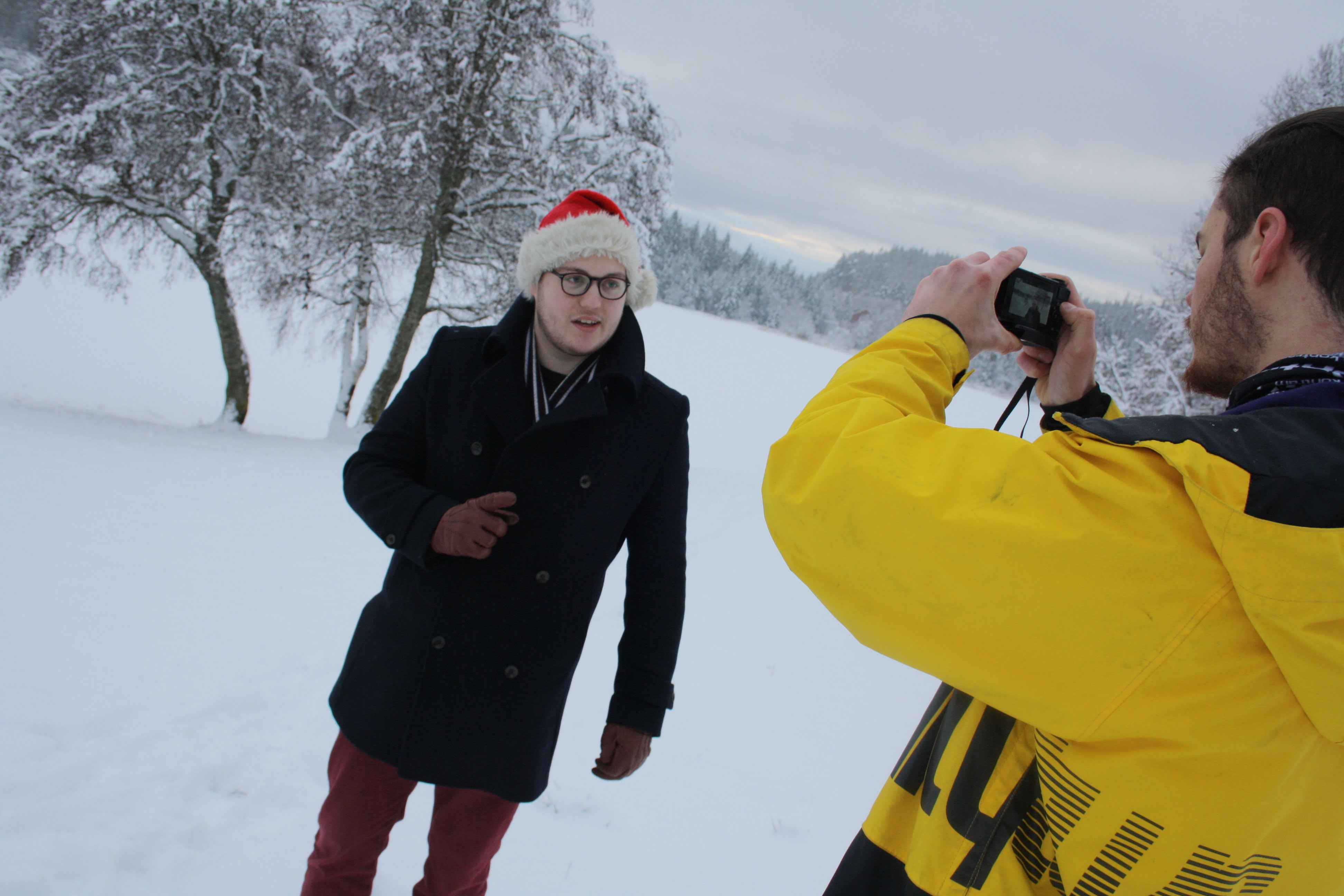 KLART FOR OPPTAK: De siste ukene har Alexander Sætherhaug reist byen rundt med nisselue og videokameraet sitt.